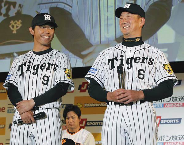 ファンミーティングに出席した阪神・金本監督(右)と高山俊/(C)日刊ゲンダイ