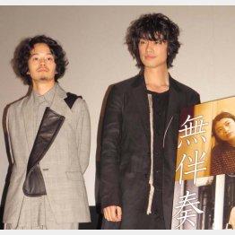 男同士のラブシーンを演じた池松壮亮(左)と斎藤工/(C)日刊ゲンダイ