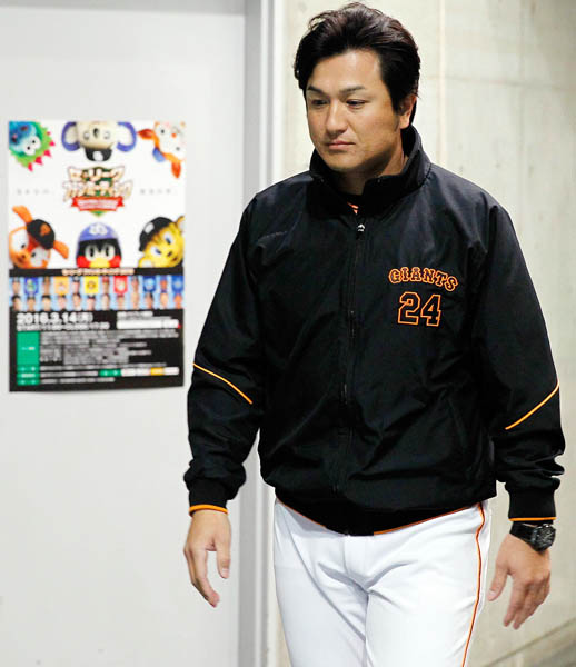 セ・リーグファンミーティングのポスターを背に浮かない顔の高橋監督(C)日刊ゲンダイ