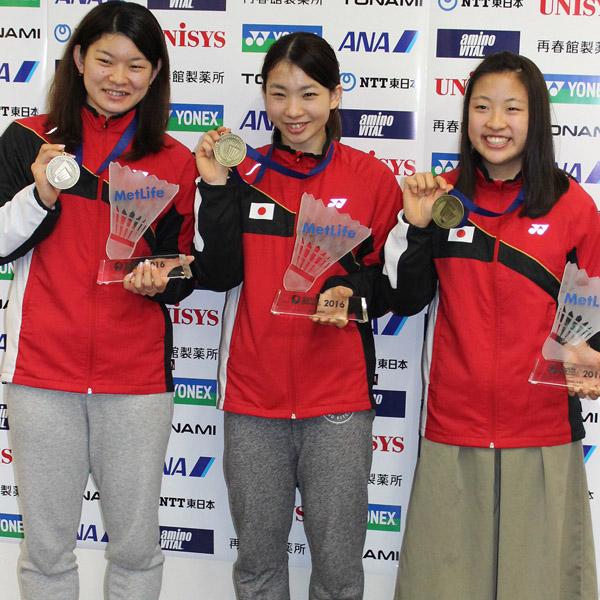 金メダルに笑顔を見せる左から高橋&松友組、奥原(C)日刊ゲンダイ