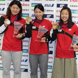 金メダルに笑顔を見せる左から高橋&松友組、奥原