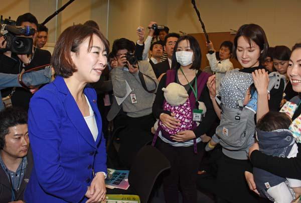 待機児童問題で母親らから署名を受け取る山尾議員(C)日刊ゲンダイ