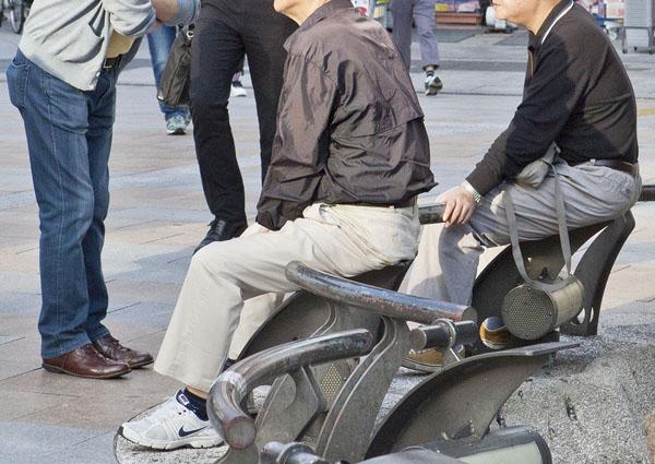 愚痴を言える相談相手を持つ(写真はイメージ)/(C)日刊ゲンダイ