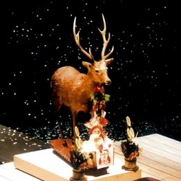 <第3回>舞台に鹿の剥製や超特大ガラガラ、人間ひな人形を…