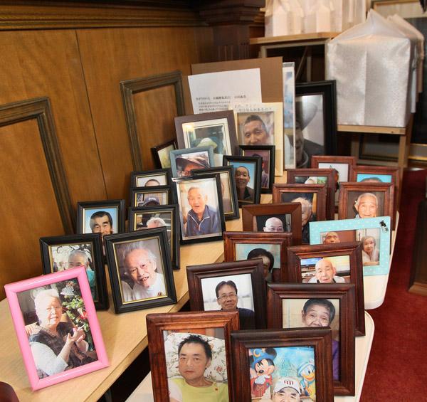 「きぼうのいえ」礼拝堂に並ぶ遺影や遺骨(C)日刊ゲンダイ