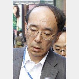 巨人の山岸球団取締役も渋い表情(C)日刊ゲンダイ