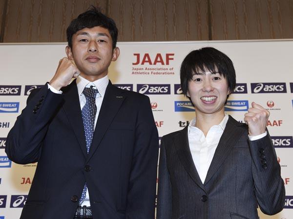 リオ五輪マラソン代表に決まり、会見する佐々木(左)と伊藤両選手(C)大内翔太/フォート・キシモト