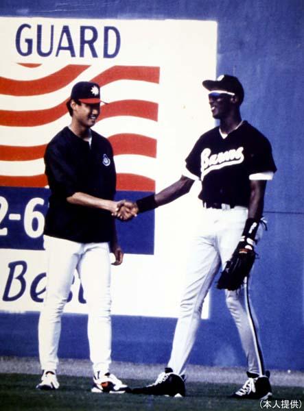 MJ(右)と握手するマック鈴木さん(提供写真)