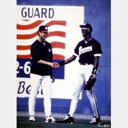 MJ(右)と握手するマック鈴木さん