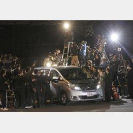 保釈時清原被告を乗せた車に群がる取材陣(C)日刊ゲンダイ