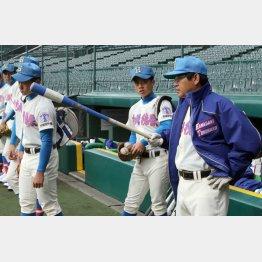 練習で指示を出す花咲徳栄の岩井隆監督(C)日刊ゲンダイ