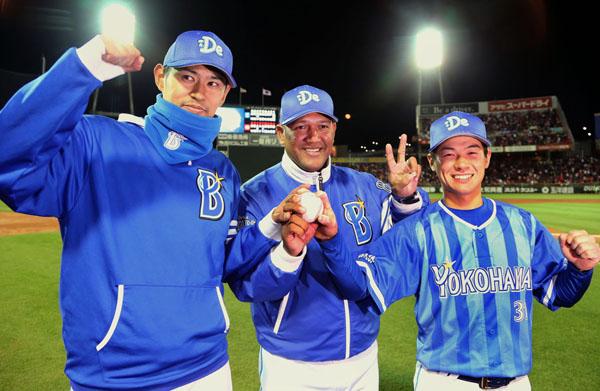 投打のヒーロー、柴田(右)、井納(左)とポーズを決めるラミレス監督(C)日刊ゲンダイ