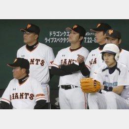 コーチ陣と戦況を見守る高橋監督(中央)/(C)日刊ゲンダイ