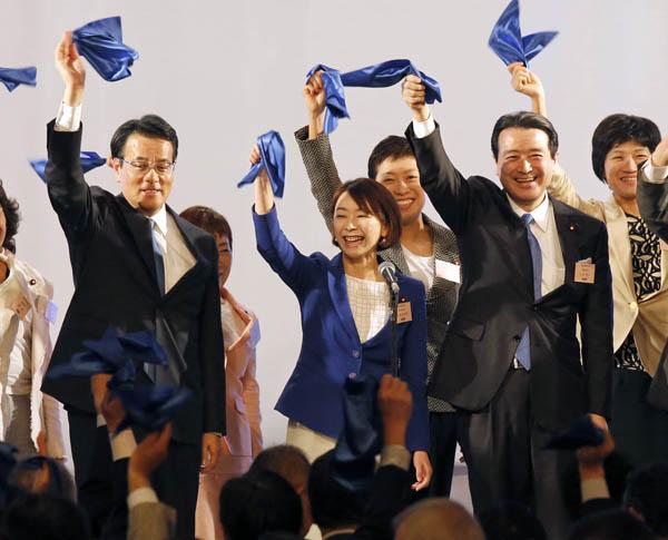 結党大会では中央で「がんばろう」コール(C)日刊ゲンダイ