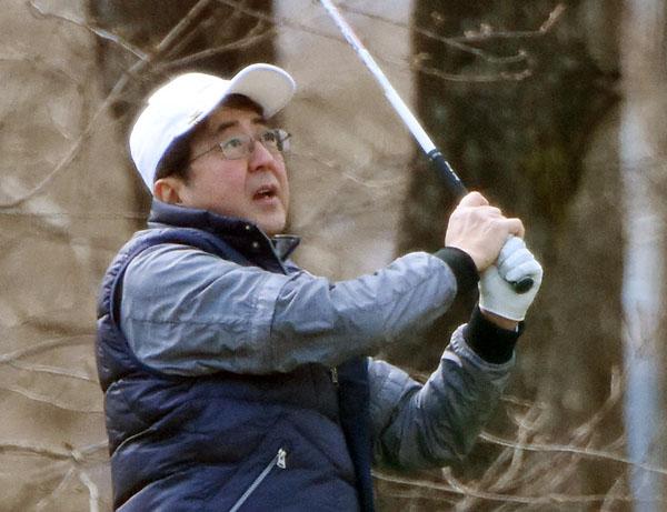 ゴルフをしている場合か(C)日刊ゲンダイ