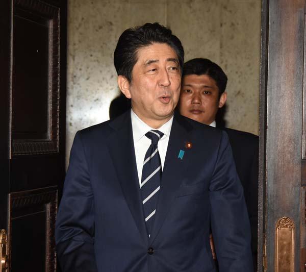 16年度予算成立でご機嫌の安倍首相(C)日刊ゲンダイ