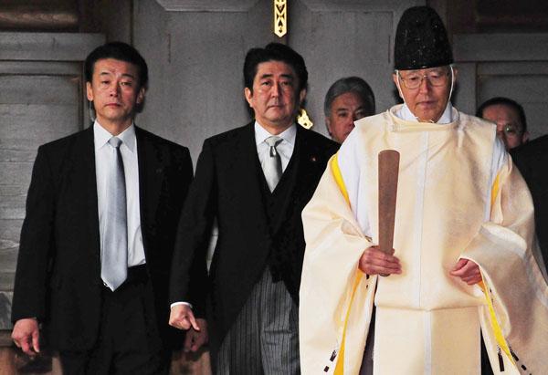 13年の靖国神社参拝(C)日刊ゲンダイ