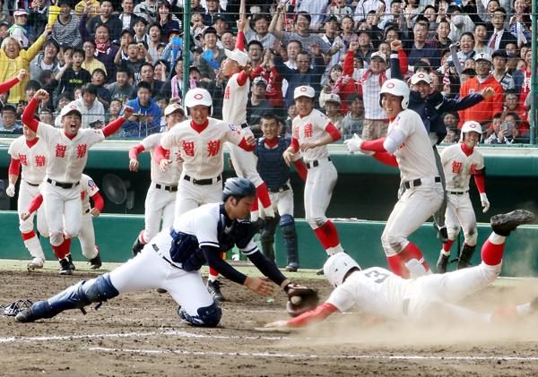 高松商(香川)は智弁学園(奈良)にサヨナラ負けで準V(C)日刊ゲンダイ