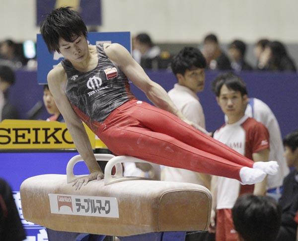 全日本体操選手権男子個人総合予選であん馬の演技を行う萱和麿(C)日刊ゲンダイ