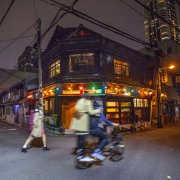 ガードの先は過去の街<大阪中崎町>