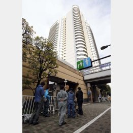 NTT東日本本社前に集まる報道陣(C)日刊ゲンダイ