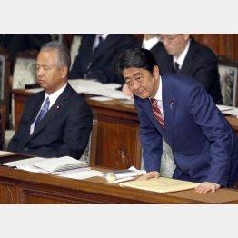 全容を知る甘利前担当大臣(左)は辞任/(C)日刊ゲンダイ