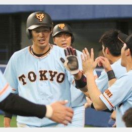 七回、坂本の勝ち越し二塁打で生還する立岡と長野(C)日刊ゲンダイ