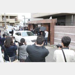 神戸山口組指定暴力団決定後、初の定例会に集まる報道陣と防弾チョッキを着た警察官