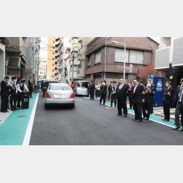 江東区の山口組の会合を警戒する警察官ら(C)日刊ゲンダイ