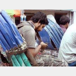 バングラデシュでも中国製スマホが当たり前(C)日刊ゲンダイ