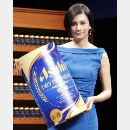 シックな青のドレスでニッコリ(C)日刊ゲンダイ