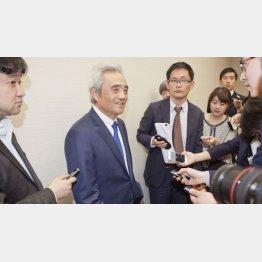 記者団に囲まれるセブン&アイの村田社長(C)日刊ゲンダイ