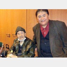在りし日の望月氏(左)と筆者(3月27日)/(C)日刊ゲンダイ