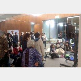 避難所で不安な日々を送る住民(C)日刊ゲンダイ
