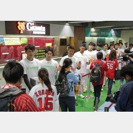 試合前に熊本地震の募金活動を行った巨人坂本(左)ら/(C)日刊ゲンダイ