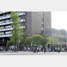 熊本県庁の救援物資支給に並ぶ県民(C)日刊ゲンダイ
