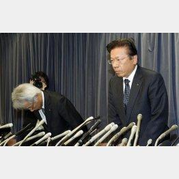 謝罪する相川社長(右)/(C)日刊ゲンダイ