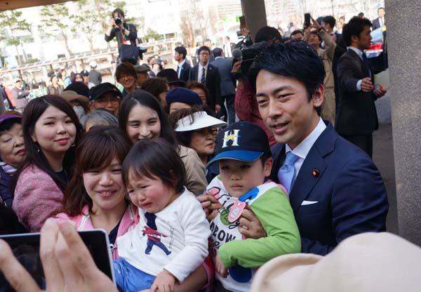 有権者らと記念撮影する小泉進次郎議員(C)日刊ゲンダイ