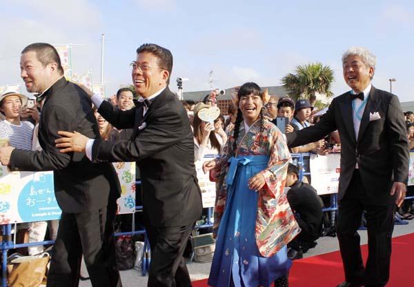 大崎洋社長(右端)と西川きよし 、木村祐一らも登場/(C)日刊ゲンダイ