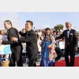 大崎洋社長(右端)と西川きよし 、木村祐一らも登場