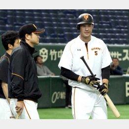 試合前に高橋監督(左)と話し込むギャレット(C)日刊ゲンダイ
