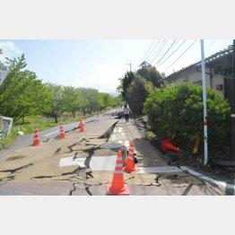 益城町の道路はすさまじくひび割れた