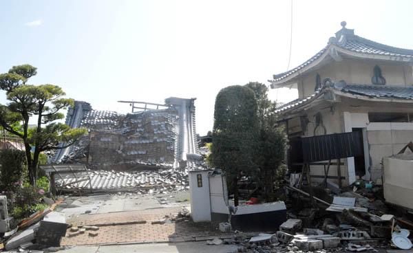 重い瓦屋根は危ない(C)日刊ゲンダイ