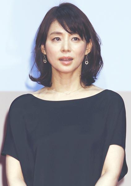 影のある未亡人を演じる石田ゆり子(C)日刊ゲンダイ