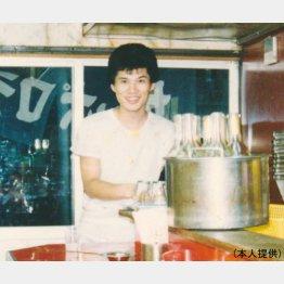 すた丼屋で鍋を振るっていたころの早川氏(提供写真)