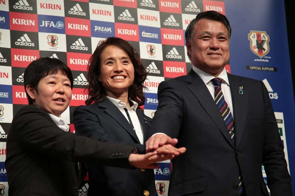 左から今井女子委員長、高倉なでしこ監督、田嶋JFA会長(C)日刊ゲンダイ