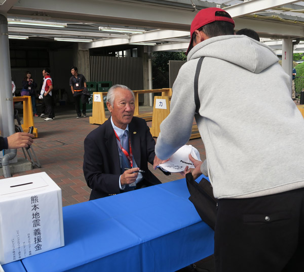 青木会長もサイン会に参加したが(C)日刊ゲンダイ