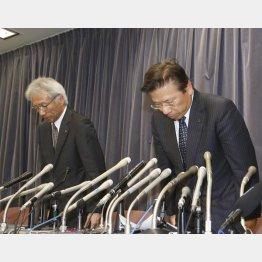 会見で謝罪する三菱自動車の相川社長(右)/(C)日刊ゲンダイ