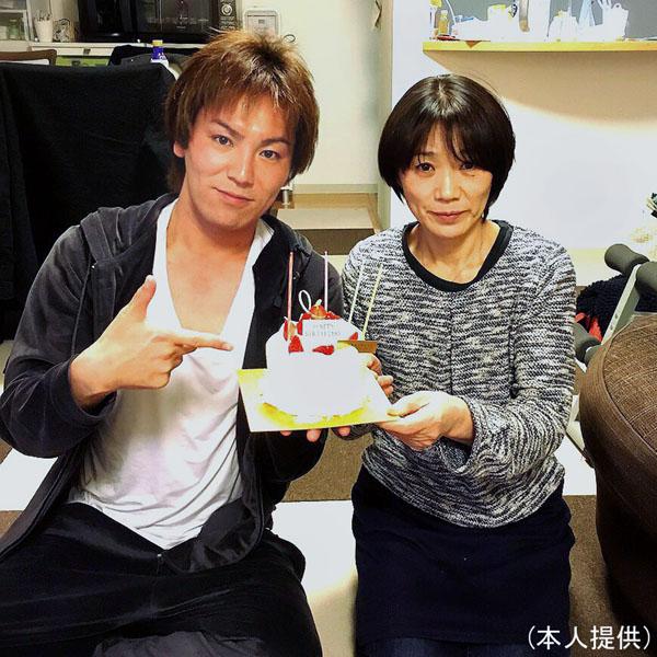 狩野英孝と母・千代子さん(提供写真)