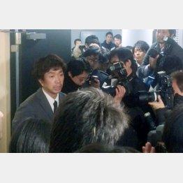キースツアーの福田万吉社長(左)は「不在」だった…(写真は1月当時の会見)/(C)日刊ゲンダイ